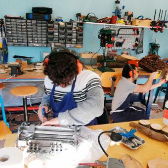 Jeunes à l'atelier bois